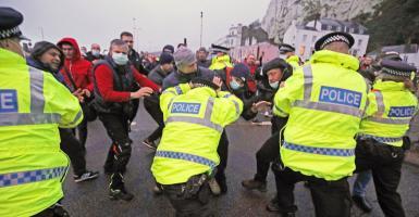 Βρετανία-Ντόβερ: Οργισμένοι οδηγοί συνεπλάκησαν με την αστυνομία - Πάνω από 10.000 αποκλεισμένα φορτηγά (Photos/Video) - Κεντρική Εικόνα