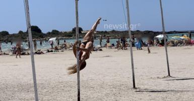 Pole dancing σε ιστίο με ελληνική σημαία στο εξωτική Ελαφονήσι της Κρήτης (photos) - Κεντρική Εικόνα