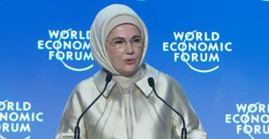 Η Εμινέ Ερντογάν μίλησε κατά του καταναλωτισμού φορώντας πανάκριβα... μαργαριτάρια Akoya! (photo+video) - Κεντρική Εικόνα