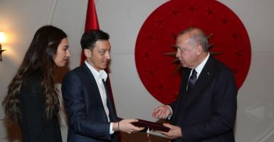 To προσκλητήριο γάμου του άσου της μπάλας Οζίλ έπεσε στον.... Ερντογάν  - Κεντρική Εικόνα