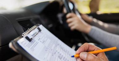 Τι αλλάζει στα διπλώματα οδήγησης: Μαθήματα οδήγησης από τα 17, εξέταση με κάμερες - Κεντρική Εικόνα
