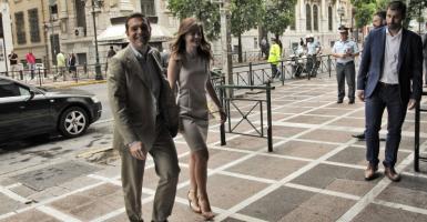 Με ένα φιλί υποδέχθηκε η Έφη Αχτσιόγλου τον Αλέξη Τσίπρα στο υπουργείο Εργασίας (photo) - Κεντρική Εικόνα