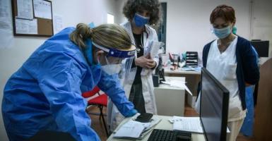 Κορωνοϊός: Σχεδόν 3.000 νέα κρούσματα – Πού καταγράφεται «έκρηξη» στο ιικό φορτίο - Κεντρική Εικόνα