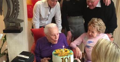 Ο «Σπάρτακος» Κερκ Ντάγκλας γιόρτασε τα 101α γενέθλιά του! - Κεντρική Εικόνα