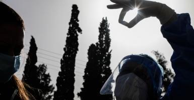 Κορωνοϊός: Στα 2.489 τα νέα κρούσματα, 707 διασωληνωμένοι και 70 θάνατοι - Κεντρική Εικόνα