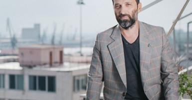 Μάριος Ελευθεριάδης: Ο εικαστικός που σχεδιάζει μοντέρνες ιατρικές μάσκες  - Κεντρική Εικόνα