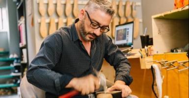 Νικόλαος Γερμανός: Ο γλύπτης - σχεδιαστής παπουτσιών της Καλλιδρομίου - Κεντρική Εικόνα
