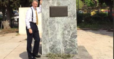 Χαμογελαστό ενσταντανέ Πάιατ στο άγαλμα που ήθελαν να γκρεμίσουν διαδηλωτές - Κεντρική Εικόνα