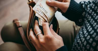 Αργία Αγίου Πνεύματος: Πώς θα πληρωθούν όσοι εργαστούν - Κεντρική Εικόνα