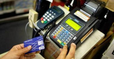 Μονιμοποιείται το ανώτατο όριο των 50 ευρώ στις ανέπαφες συναλλαγές με κάρτα - Κεντρική Εικόνα