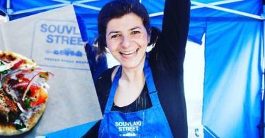 Mια Ελληνίδα άφησε τα ΜΜΕ για να «τρελάνει» τους Άγγλους με τα σουβλάκια της (photos) - Κεντρική Εικόνα