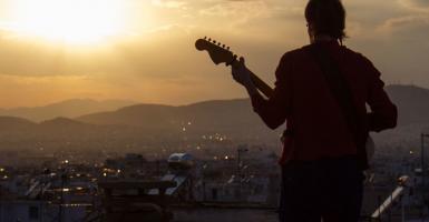 Αυτοσχέδιοι μουσικοί διάλογοι στις ταράτσες των Εξαρχείων! - Κεντρική Εικόνα