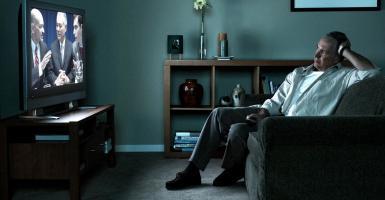 Το καθισιό μπροστά στην τηλεόραση είναι πιο βλαπτικό στην υγεία από μια καθιστική εργασία - Κεντρική Εικόνα