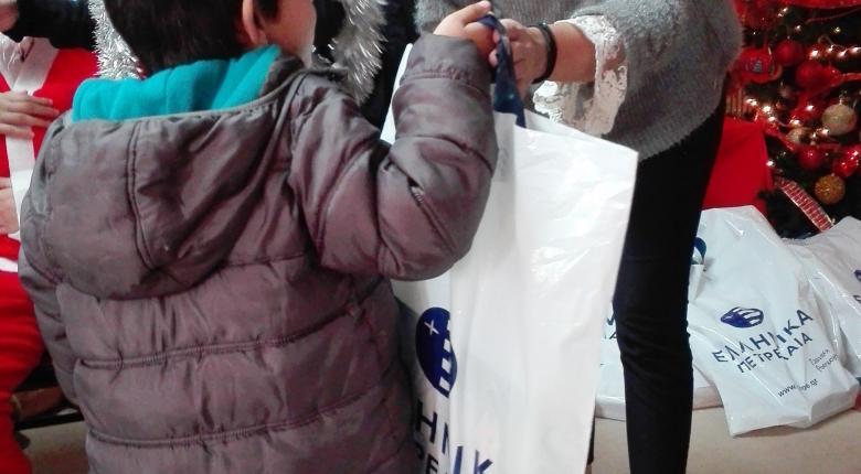 Είδη πρώτης ανάγκης σε ευάλωτες οικογένειες και εκπαιδευτικά δώρα σε παιδιά,  διένειμε ο Όμιλος ΕΛΠΕ τις Άγιες Ημέρες των Χριστουγέννων - Κεντρική Εικόνα