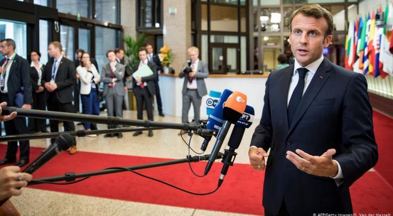 «Πληγωμένος» προσέρχεται στη Σύνοδο Κορυφής της ΕΕ ο Μακρόν - Κεντρική Εικόνα