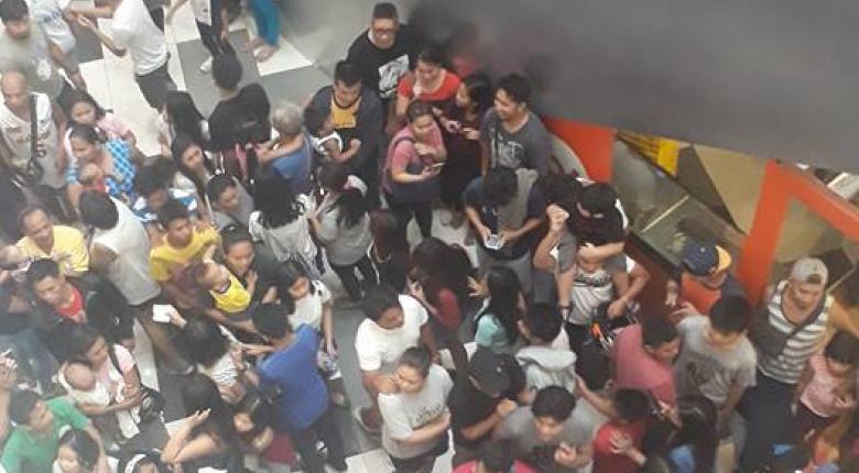 Ποδοπατήθηκαν για να αγοράσουν μπέργκερ σε προσφορά (video) - Κεντρική Εικόνα