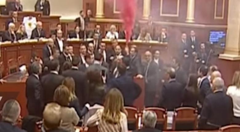 Tίρανα: Ξύλο έξω...ροζ καπνογόνα μέσα στο κοινοβούλιο (Videos) - Κεντρική Εικόνα