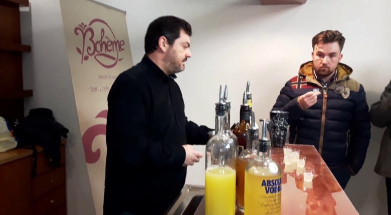 Γνωστός Έλληνας bartender κάνει... σφηνάκια με βιολογικό ελαιόλαδο!  (video) - Κεντρική Εικόνα