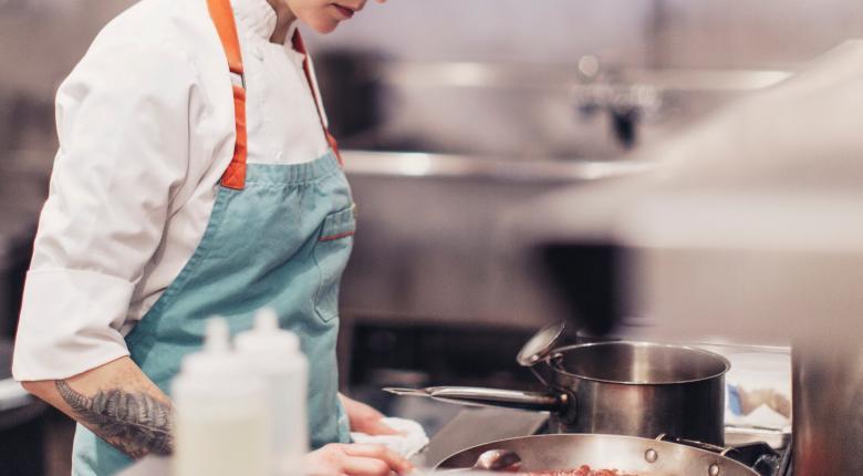 Νέος εργοδοτικός «εφιάλτης στην κουζίνα»: Απείλησαν μαγείρισσα με μαχαίρι επειδή «ξεσήκωνε» τους συναδέλφους της! (video) - Κεντρική Εικόνα