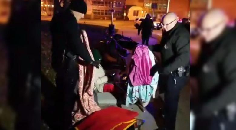 Οργή προκαλεί βίντεο με αστυνομικούς να αρπάζουν τις κουβέρτες άστεγων προσφύγων! - Κεντρική Εικόνα