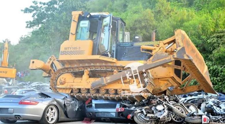 Ο πρόεδρος Ντουτέρτε «τσαλαπάτησε» Lamborghini και Porsche αξίας €4,5 εκατ. για παραδειγματισμό! (photos) - Κεντρική Εικόνα