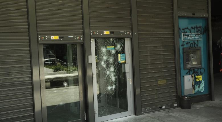 Εθνική: Ξανακλείνει καταστήματα, βάζει τέλος στα παχυλά μπόνους «εξόδου» υπαλλήλων - Κεντρική Εικόνα