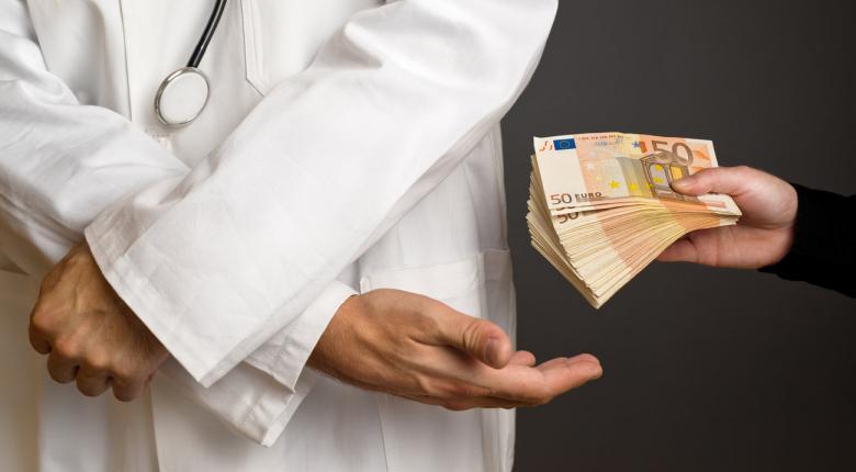 Γιατρός του ΠΑΓΝΗ πλήρωσε… ακριβά το φακελάκι - Κεντρική Εικόνα