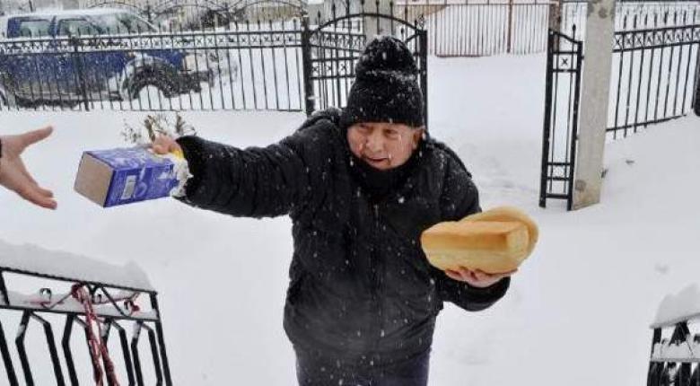 Φούρναρης μοιράζει ψωμί με 40 πόντους χιόνι στα Τρίκαλα! (photos & video) - Κεντρική Εικόνα