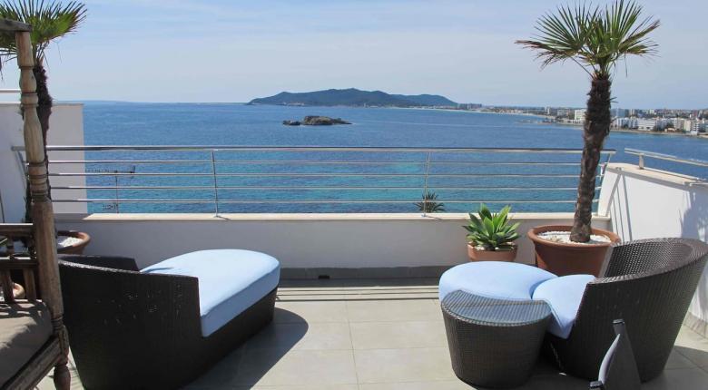 Ξέφυγαν σε αυτό το νησί οι ιδιοκτήτες: Νοικιάζουν σε τουρίστες στρώματα σε μπαλκόνια για €25/νύχτα! (photo) - Κεντρική Εικόνα