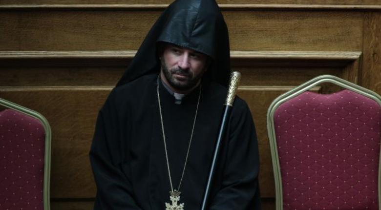 Viral o ιερέας που έβαλε... φωτιά στο smartphone του κατά την ορκωμοσία στη βουλή (photos) - Κεντρική Εικόνα