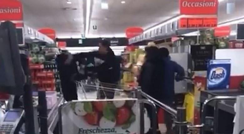 Κορωνοϊός: Ξύλο σε σουπερμάρκετ για λίγα τρόφιμα - Συνεχείς εκκλήσεις για ψυχραιμία (Video) - Κεντρική Εικόνα