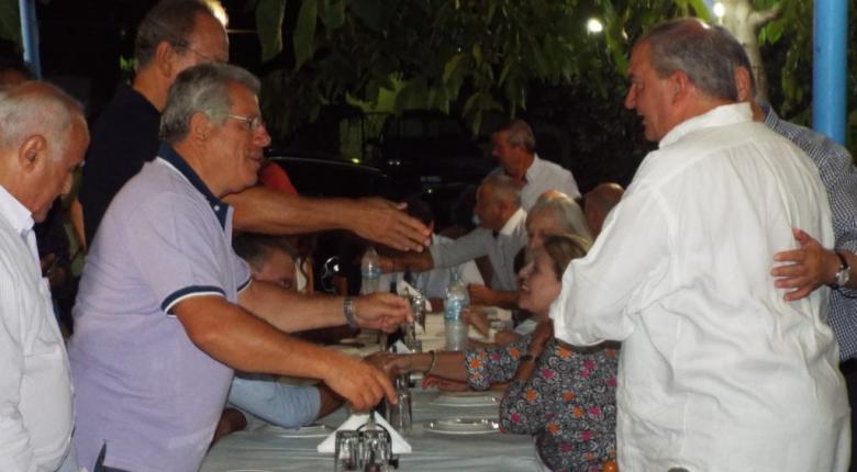 Οι διακοπές συνεχίζονται: Εκκλησίες, ταβέρνες και selfies για Καραμανλή και Νατάσα (photos) - Κεντρική Εικόνα