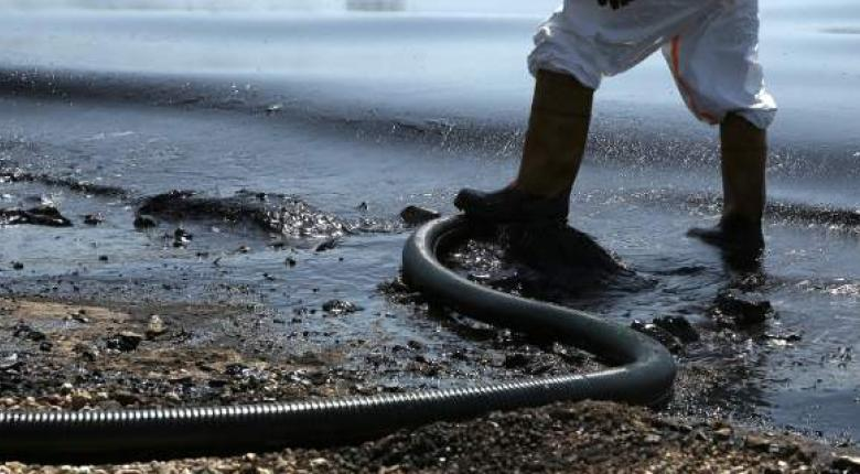 Αύριο, εκτός απροόπτου, ολοκληρώνονται οι εργασίες απορρύπανσης του Σαρωνικού - Κεντρική Εικόνα