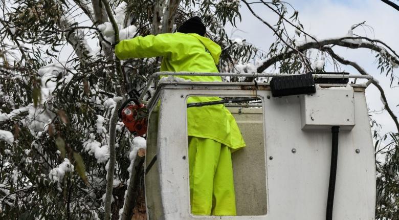 Aττική: Χιλιάδες νοικοκυριά για δεύτερη μέρα χωρίς ρεύμα - Ποιοι δρόμοι είναι εκτός κυκλοφορίας - Κεντρική Εικόνα