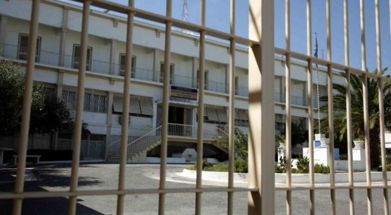Αυτοσχέδια όπλα, κινητά τηλέφωνα και ναρκωτικά βρέθηκαν στις φυλακές Αυλώνα - Κεντρική Εικόνα