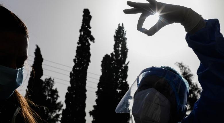 Στα 1.410 τα νέα κρούσματα κορωνοϊού - Πλησιάζουν τους 300 οι διασωληνωμένοι - Κεντρική Εικόνα