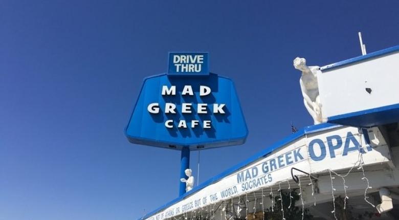 Mad Greek Cafe: Ο ομογενής που βγάζει εκατομμύρια στην έρημο πουλώντας γύρο - Κεντρική Εικόνα