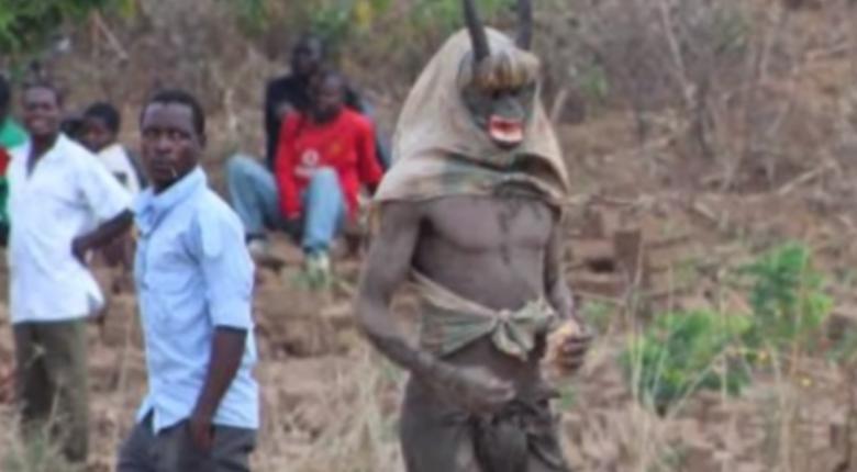 Σκηνές τρόμου στο Mαλάουι: «Βαμπίρ» πίνουν... ανθρώπινο αίμα και ο όχλος τους δολοφονεί (photos) - Κεντρική Εικόνα
