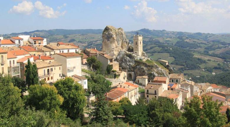 Χωριό στη Νότια Ιταλία προσφέρει 700 ευρώ το μήνα σε όποιον μετακομίσει για 3 χρόνια - Κεντρική Εικόνα