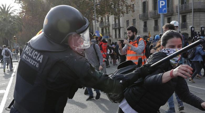Ισπανία: Νέες συγκρούσεις αστυνομίας και διαδηλωτών στη δεύτερη μέρα μαζικών διαδηλώσεων - Κεντρική Εικόνα