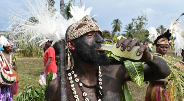Οι φυλές της Παπούα Νέα Γουϊνέα πίνουν... ούζο-λεμόνι made in Greece! - Κεντρική Εικόνα