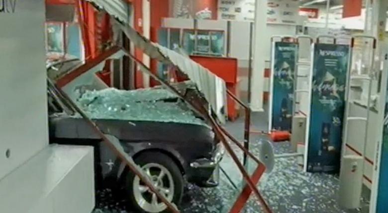 Ρεσάλτο στο Media Markt της Πέτρου Ράλλη: Έσπασαν την πρόσοψη με όχημα και μετά το λεηλάτησανν! (video) - Κεντρική Εικόνα