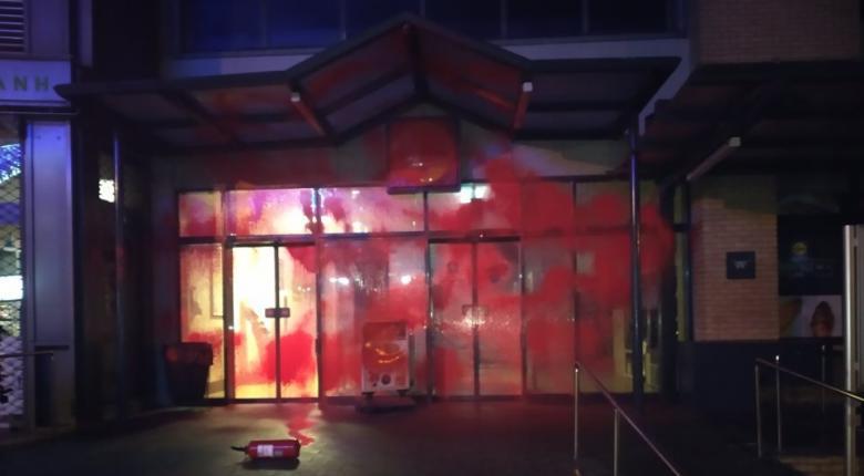 Ρουβίκωνας: Μπαράζ επιθέσεων σε καταστήματα γνωστής αλυσίδας σούπερ μάρκετ – «Εξανάγκασαν σε παραίτηση τρίτεκνη μητέρα» - Κεντρική Εικόνα