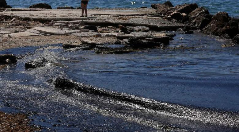 Μέχρι τη Γλυφάδα έφτασε η πετρελαιοκηλίδα  - Κεντρική Εικόνα
