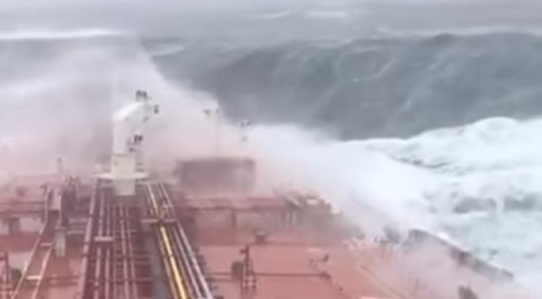 Aπίστευτη μάχη με τα κύματα για τάνκερ στην Ιρλανδία (video) - Κεντρική Εικόνα