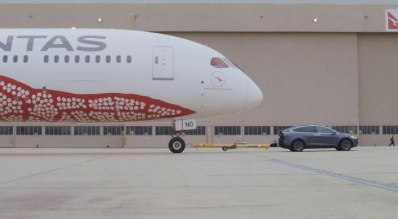Hλεκτρικό Tesla ρυμουλκεί Boeing 290 επιβατών (video) - Κεντρική Εικόνα