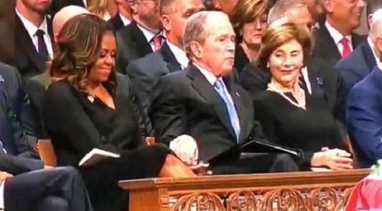 Ο Τζορτζ Ου. Μπους έδωσε (ξανά) μια καραμέλα στη Μισέλ Ομπάμα - Κεντρική Εικόνα