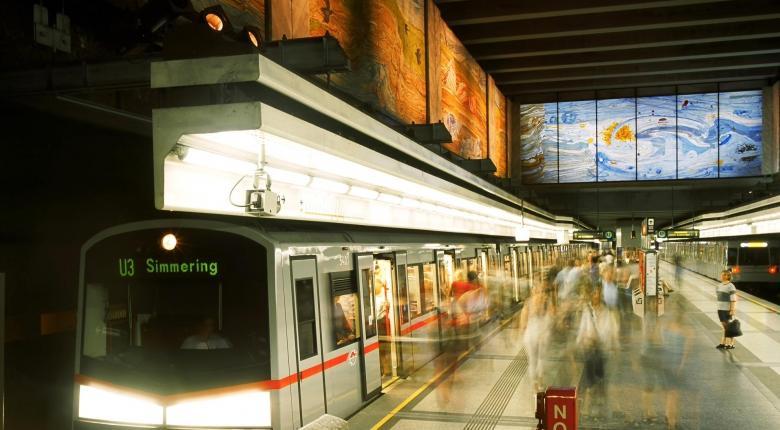 Επιθετικό μάρκετινγκ: Μοίρασαν 14.000 αποσμητικά στο μετρό της Βιέννης  - Κεντρική Εικόνα