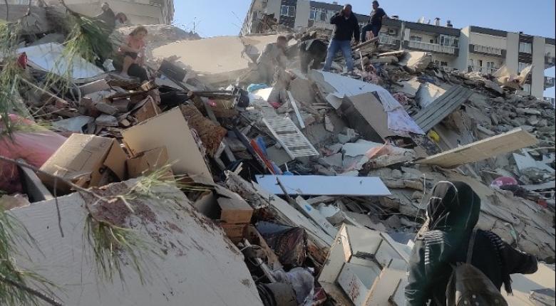 Σεισμός 6,7 Ρίχτερ: Κατάρρευση κτιρίων και νεκροί σε Σάμο και Σμύρνη  - Κεντρική Εικόνα