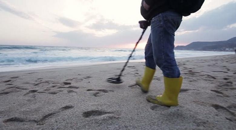 Μικρούς θησαυρούς βρίσκουν χρυσοθήρες που... χτενίζουν κοσμικές παραλίες στα ελληνικά νησιά  - Κεντρική Εικόνα